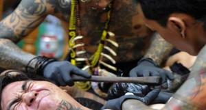 cara tato dayak kalimantan