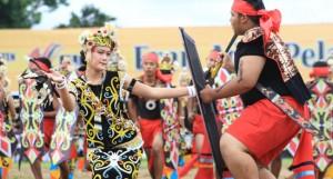 tarian dayak festival erau kutai kartanegara kalimantan timur